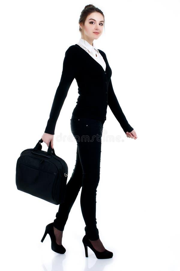 Lycklig lyckad affärskvinna i svart dräkt med påsen royaltyfria bilder