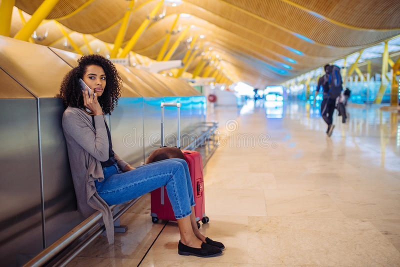 Lycklig lyssnande musik för ung kvinna med hörlurar och mobil pho royaltyfria foton