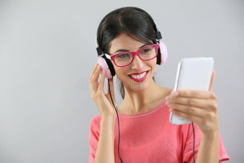 lycklig lyssnande musik till kvinnabarn royaltyfria bilder