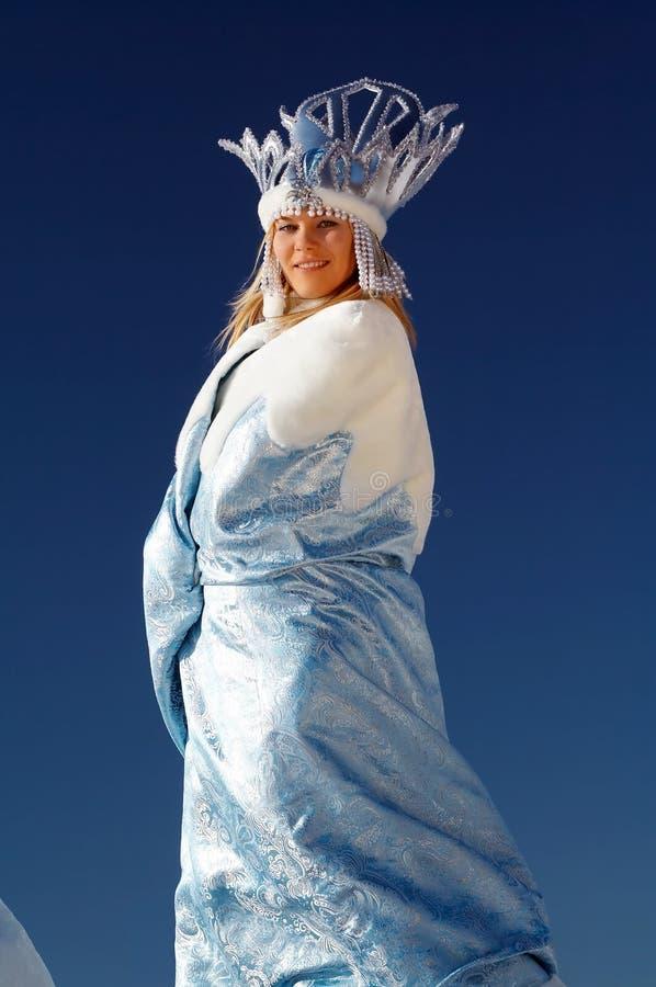 Lycklig majestätisk snowdrottning royaltyfri bild
