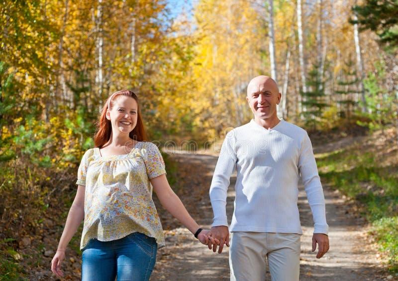 Download Lycklig make och fru fotografering för bildbyråer. Bild av skog - 37345093