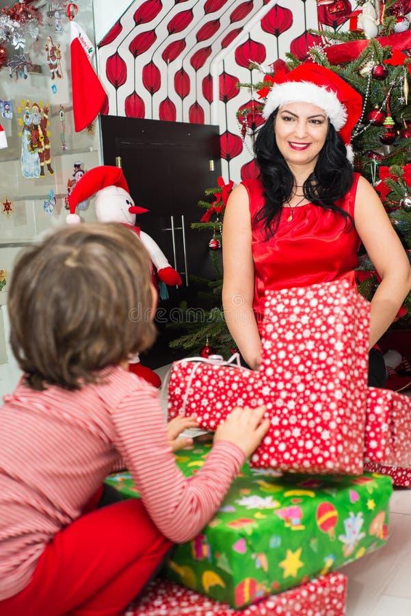 Lycklig mamma och son med julgåvor arkivfoto