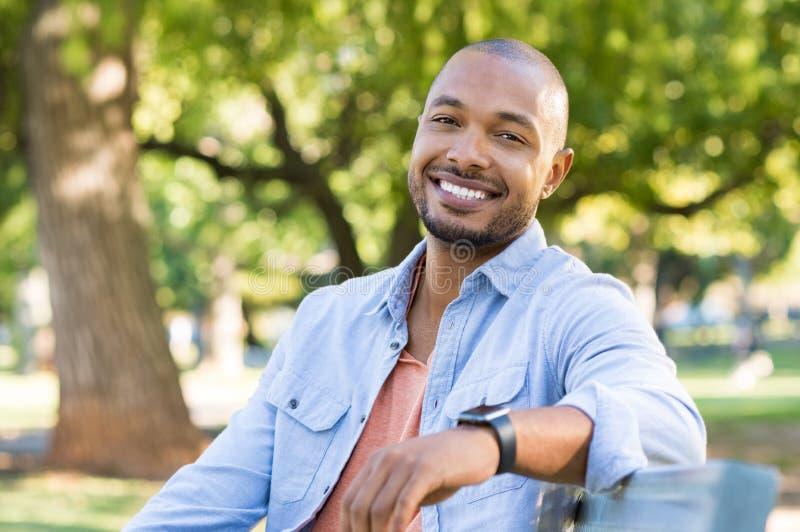 lycklig man för afrikansk amerikan arkivfoto