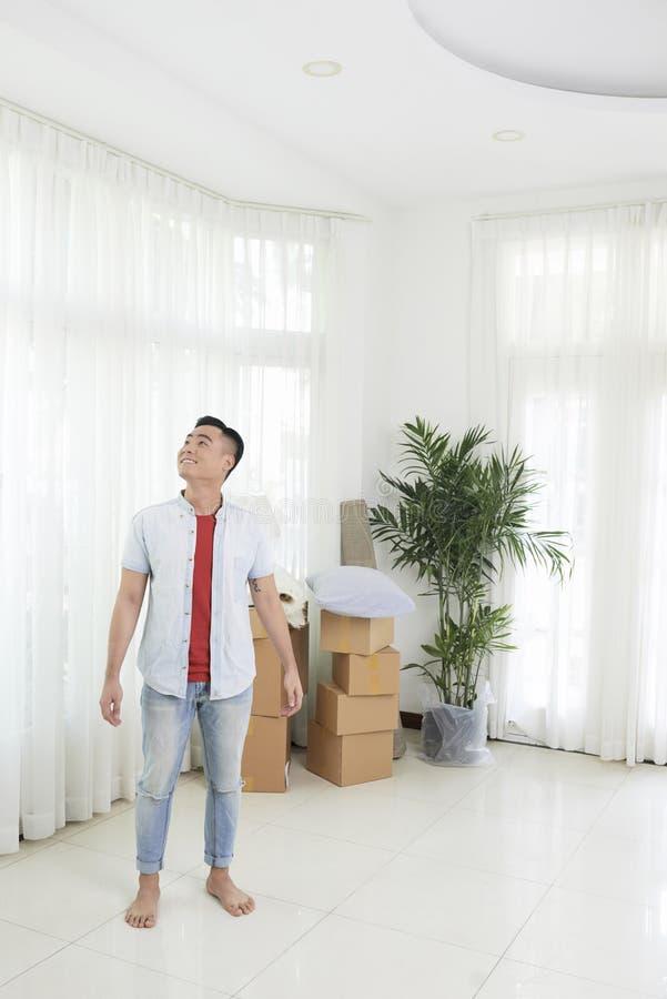 Lycklig man i ny lägenhet royaltyfria bilder