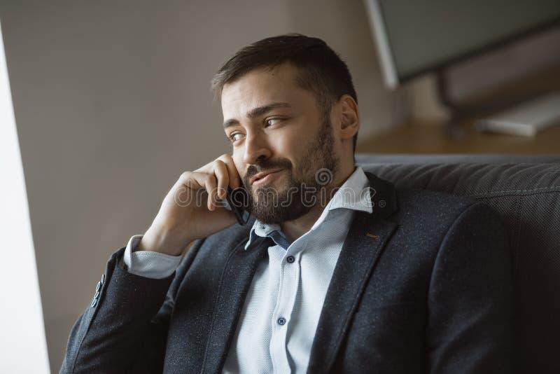 Lycklig man, i samtal på Smartphone royaltyfri bild
