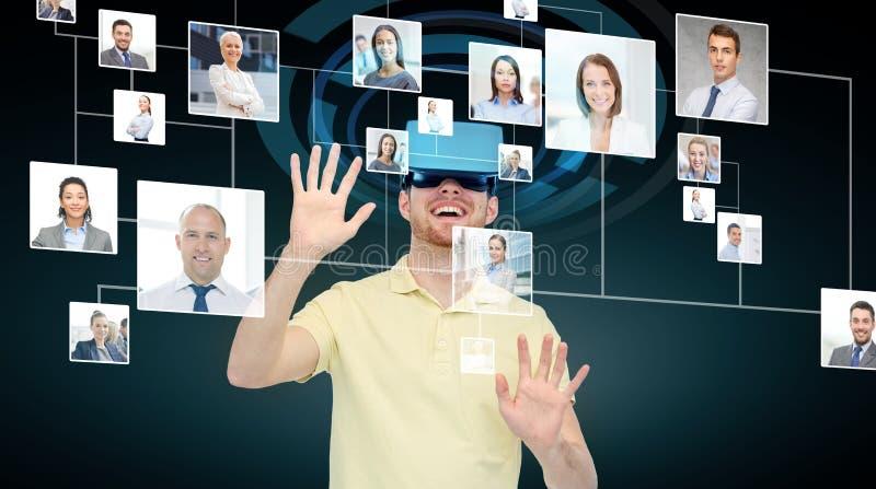 Lycklig man i virtuell verklighethörlurar med mikrofon eller exponeringsglas 3d royaltyfri illustrationer
