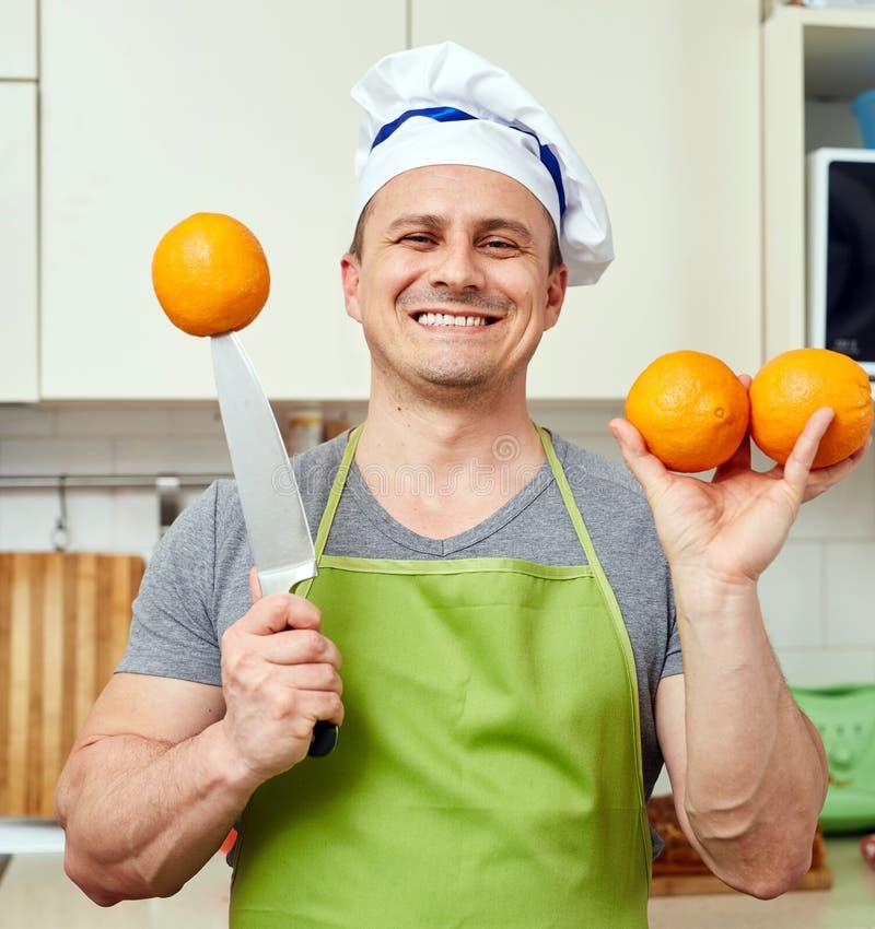 Lycklig man med apelsiner royaltyfri foto