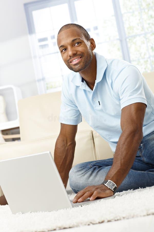 Lycklig man med datoren royaltyfri bild