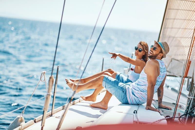 Lycklig man och kvinna som kopplar av på en lyxig yacht Par p? kryssning royaltyfri fotografi