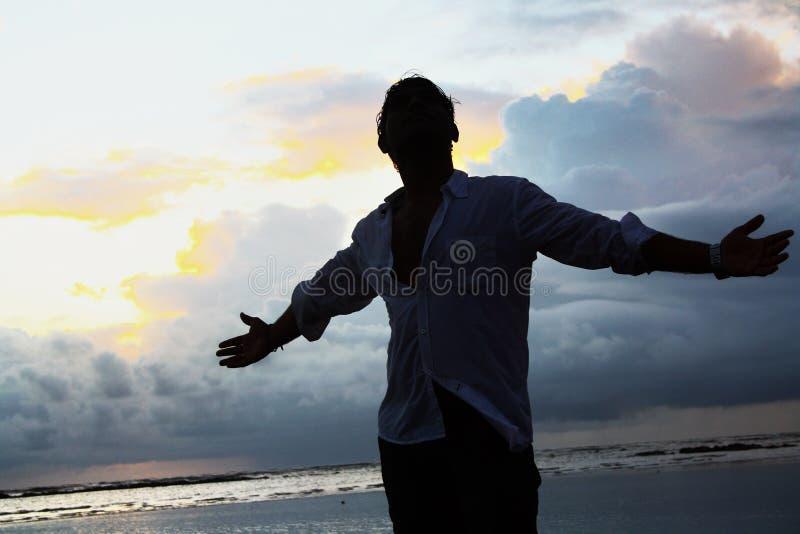 Lycklig man på stranden royaltyfri fotografi