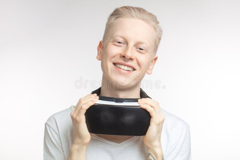 Lycklig man som får erfarenhet genom att använda VR-hörlurar med mikrofonexponeringsglas av virtuell verklighet som isoleras på v royaltyfria foton