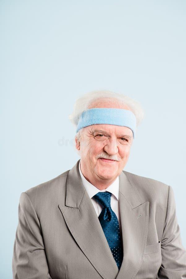 Bakgrund för blått för definition för kick för rolig manstående verkligt folk royaltyfri fotografi