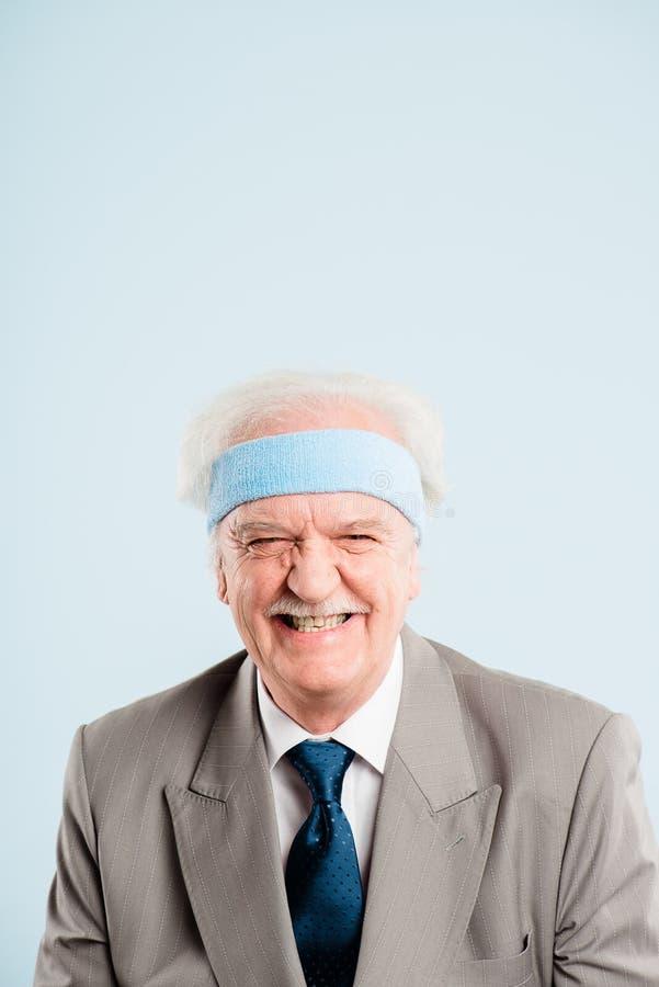 Bakgrund för blått för definition för kick för rolig manstående verkligt folk royaltyfri bild