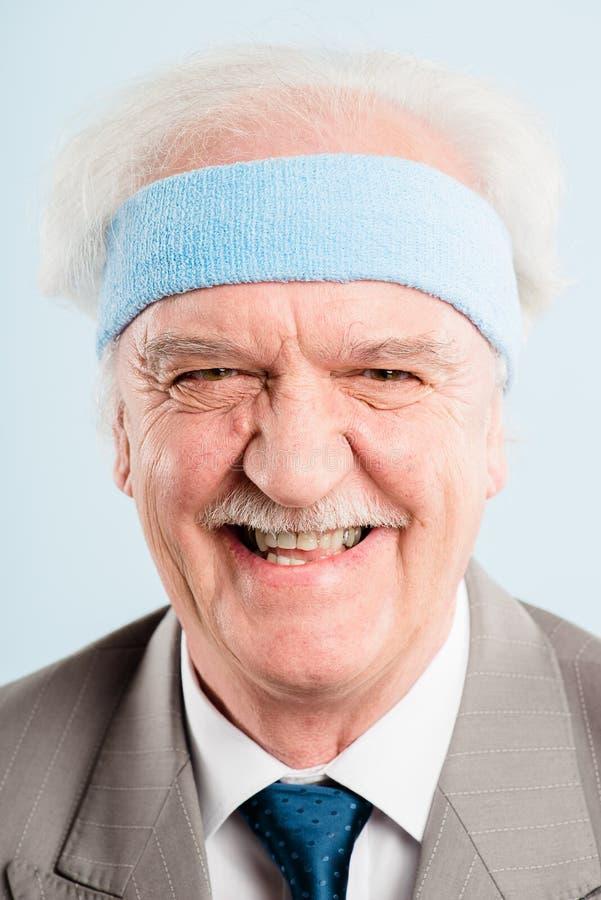 Bakgrund för blått för definition för kick för rolig manstående verkligt folk arkivfoton