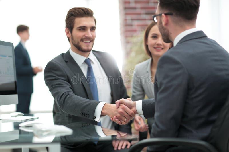 Lycklig man som introducerar affärskvinnan till affärspartners arkivfoto
