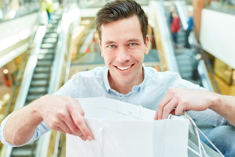 Lycklig man som kund och konsument royaltyfri fotografi