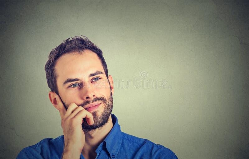 Lycklig man som tänker dagdrömma att se upp royaltyfri bild