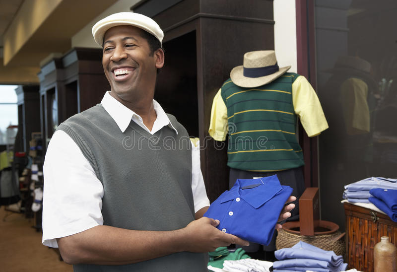 Lycklig manköpandeskjorta i lager royaltyfria bilder