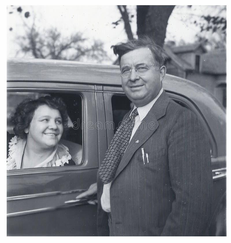Lycklig mankvinna med auto 40-tal royaltyfri bild