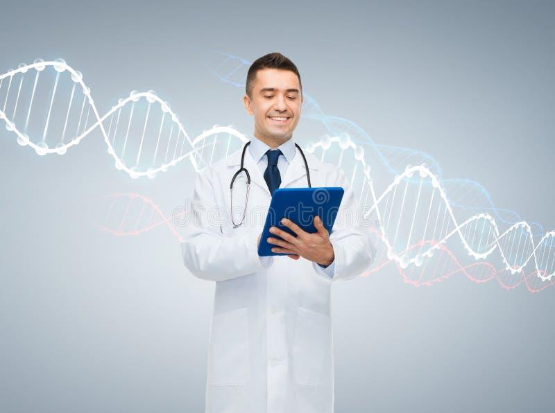 Lycklig manlig doktor med minnestavlaPC och dna-molekylen royaltyfri fotografi