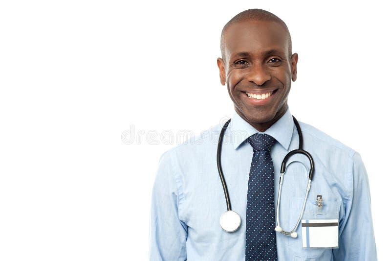 Lycklig manlig doktor med stetoskopet royaltyfria bilder