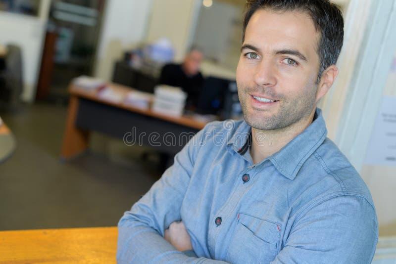 Lycklig manlig kontorsarbetare royaltyfri fotografi