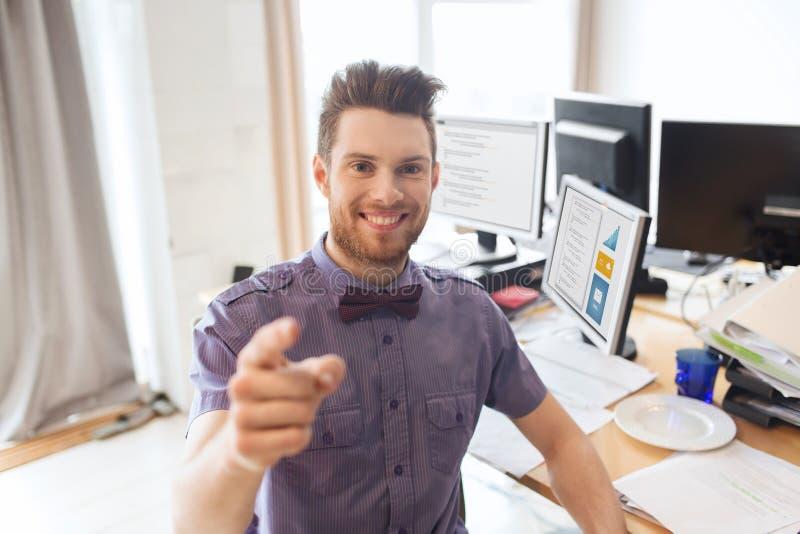 Lycklig manlig kontorsarbetare som pekar fingret på dig arkivbilder