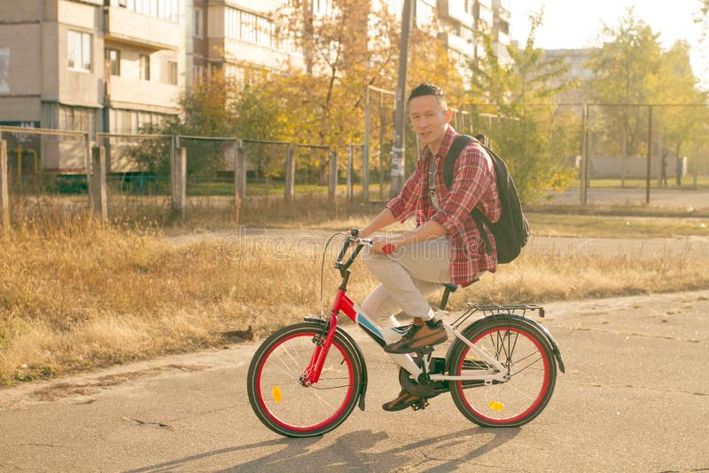 Lycklig manritt cykeln fotografering för bildbyråer