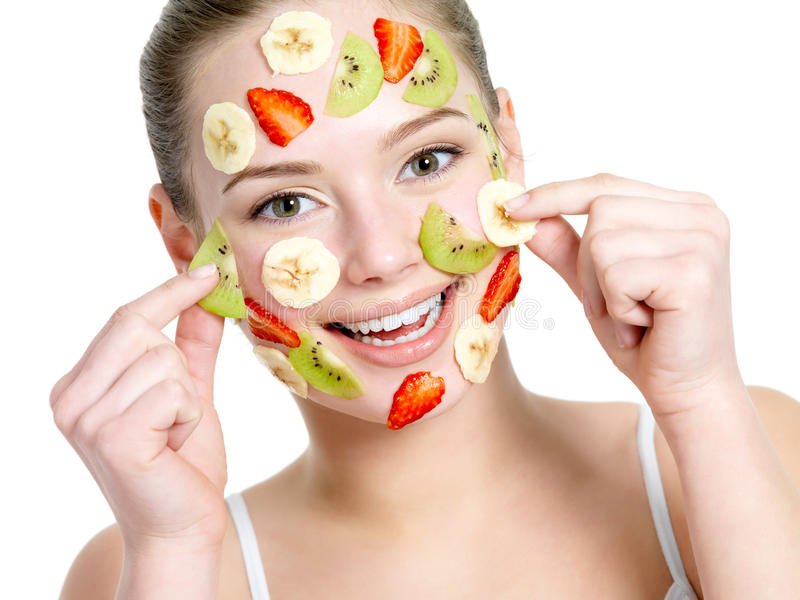 lycklig maskeringskvinna för ansikts- frukt arkivfoto