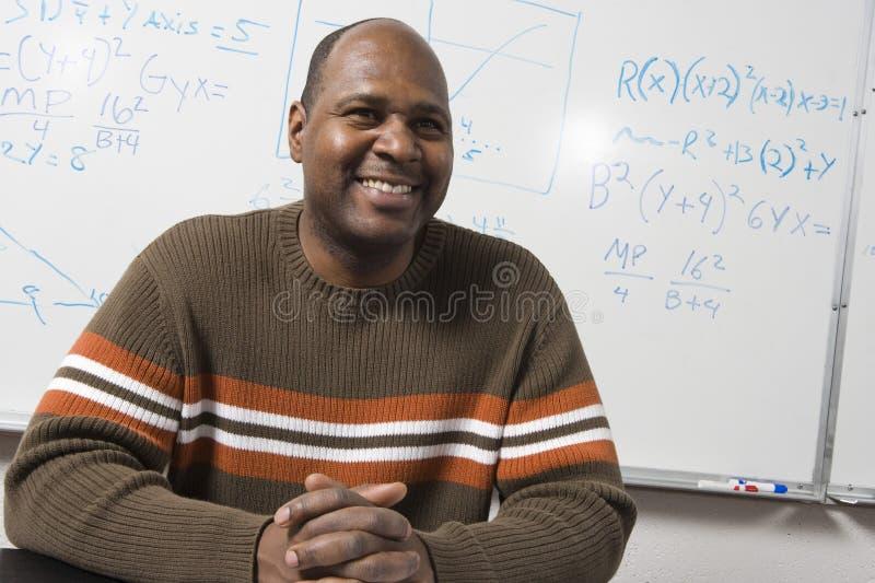 Lycklig Mathprofessor i klassrum arkivfoto