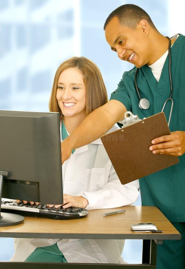 lycklig medicinsk personal som fungerar tillsammans royaltyfri foto