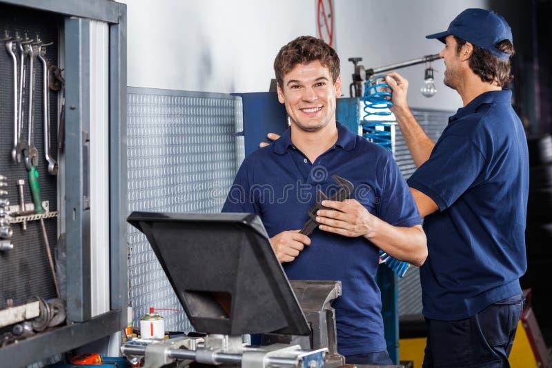 Lycklig mekaniker Holding Adjustable Wrench royaltyfria bilder