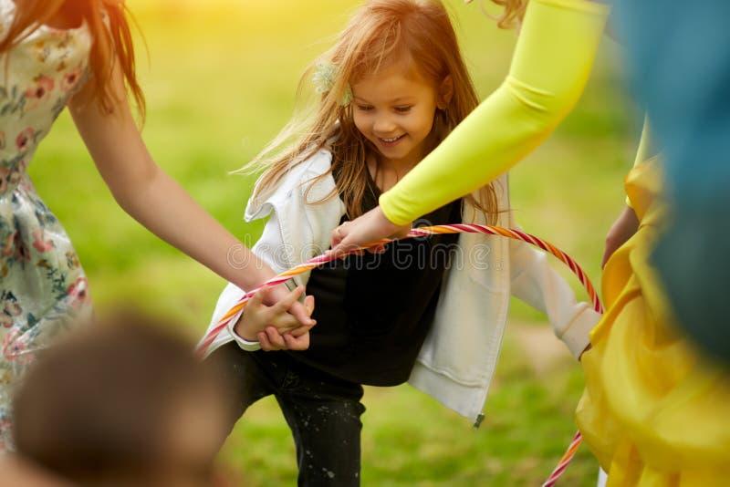 Lycklig mellan skilda raser grupp av ungar som spelar i sommar fotografering för bildbyråer