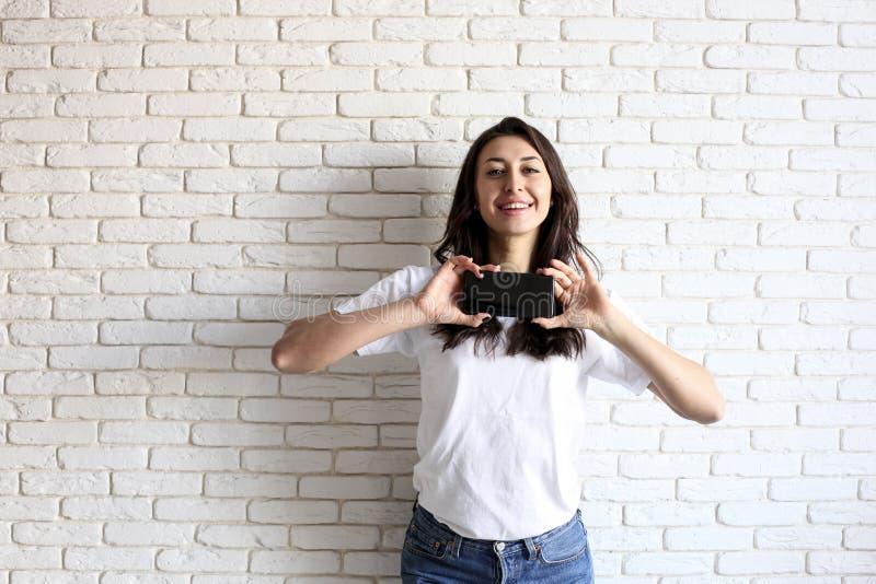 Lycklig millennial flicka som har gyckel inomhus Stående av den unga kvinnan med diastemamellanrum mellan tänder härligt leende M arkivbilder