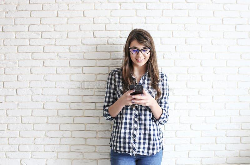 Lycklig millennial flicka som har gyckel inomhus Ståenden av den unga härliga kvinnan med perfekta tänder ler, bryner ögon Minima arkivfoto