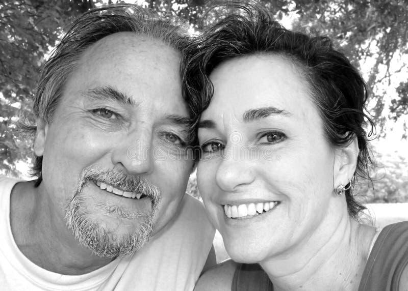 lycklig mitt för åldriga par royaltyfri foto