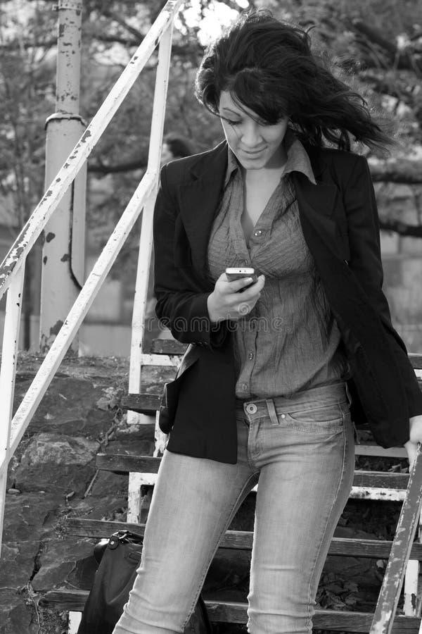 lycklig mobil kvinna arkivfoton