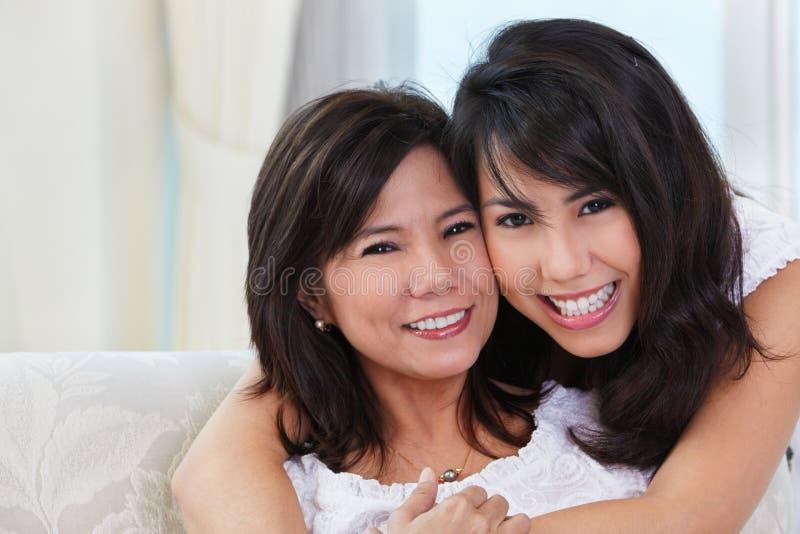lycklig moder för dotter royaltyfria bilder