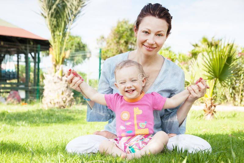 lycklig moder för dotter arkivfoton