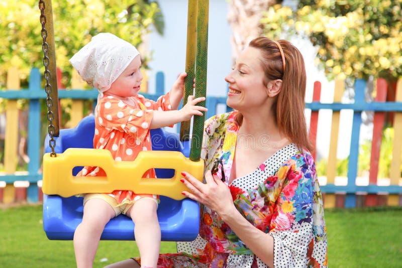 lycklig moder för dotter arkivbilder