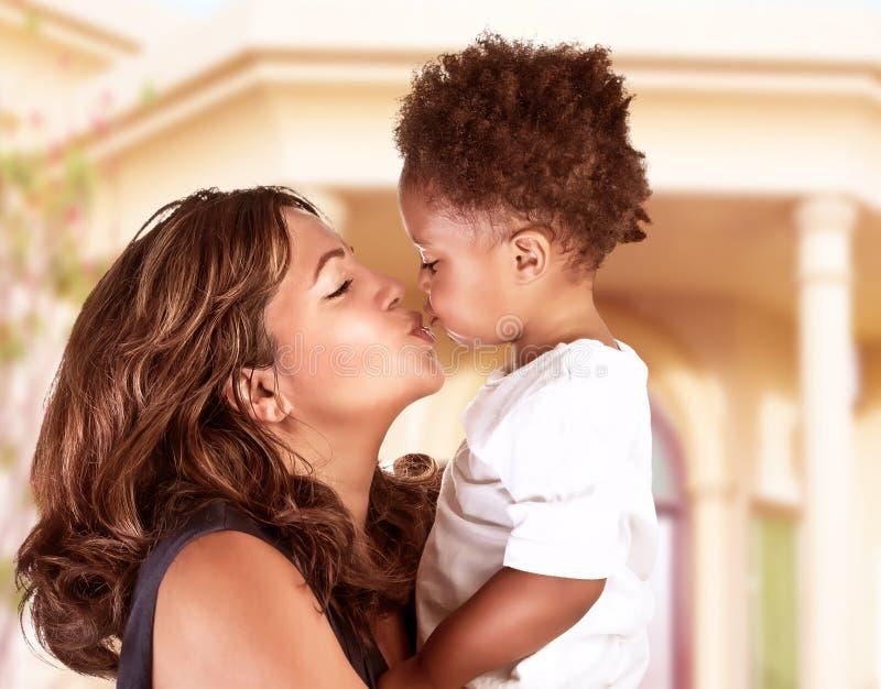 Lycklig moder med den gulliga sonen arkivbild