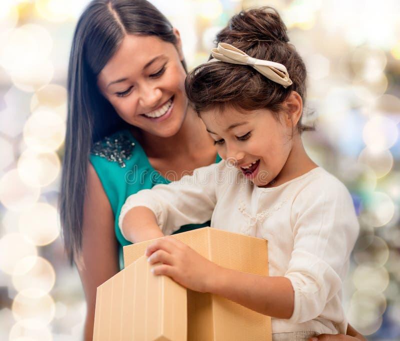 Lycklig moder- och barnflicka med gåvaasken royaltyfri foto