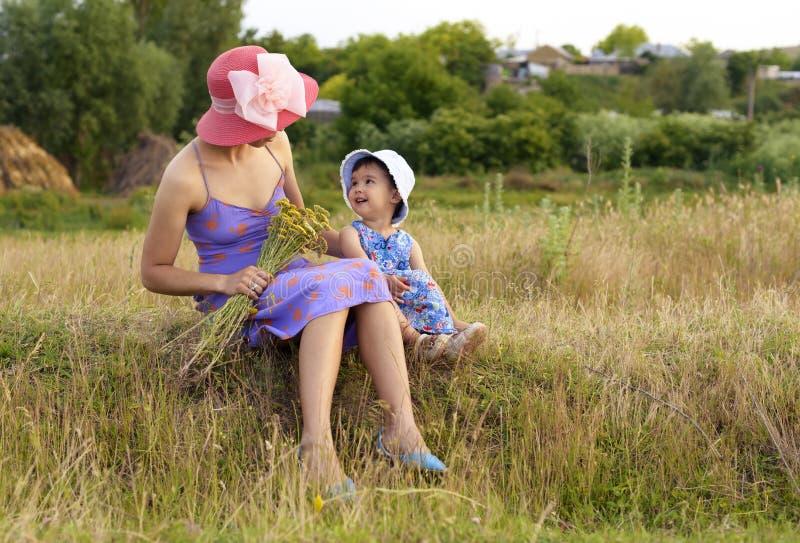 Lycklig moder och dotter som talar på bygd arkivfoton