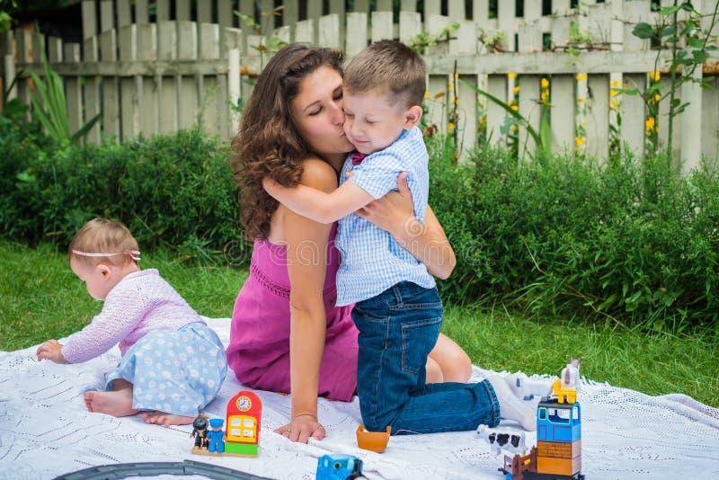 Lycklig moder och två barn arkivfoton