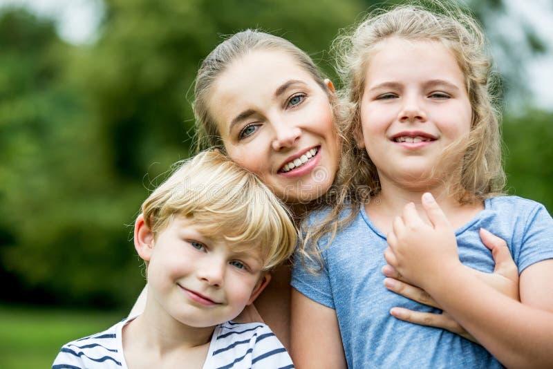 Lycklig moder och ungar som en familj arkivbild