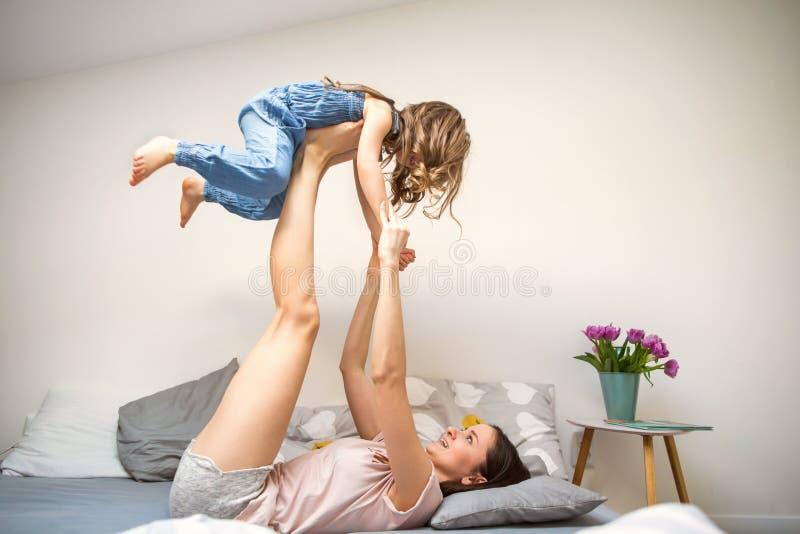 Lycklig moder som spelar med hennes hemmastadda dotter, dag för moder` s royaltyfri fotografi