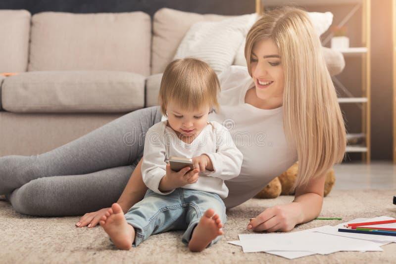 Lycklig moder som spenderar tid med hennes dotter royaltyfria foton