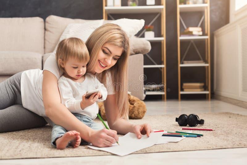 Lycklig moder som spenderar tid med hennes dotter royaltyfri foto
