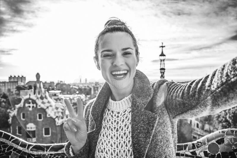 Lycklig moderiktig turist- kvinna i Barcelona, Spanien som tar selfie royaltyfri foto