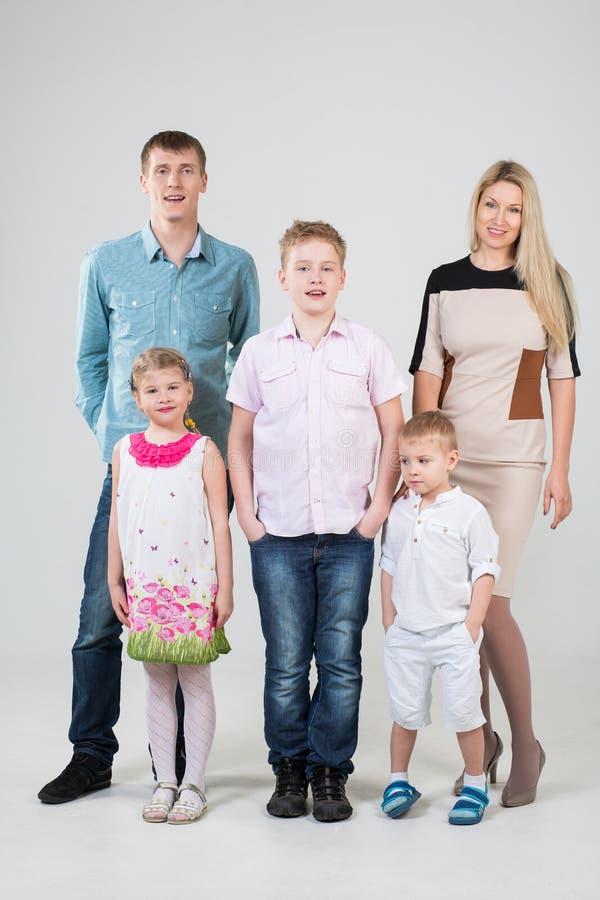 Lycklig modern familj av fem personer royaltyfri foto